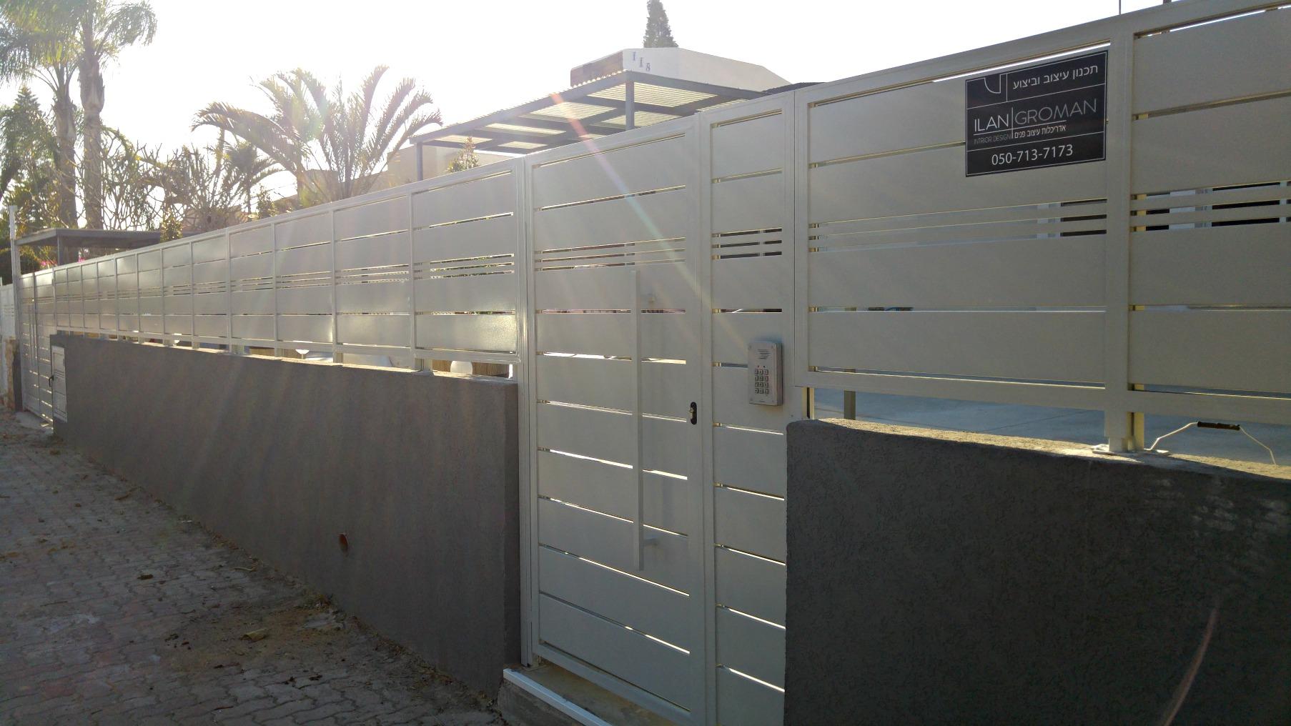 גדר ושערי כניסה וחנייה ומע' אינטרקום